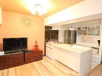 キッチンリフォーム オープンキッチンと和室で和モダンスタイルのLDK